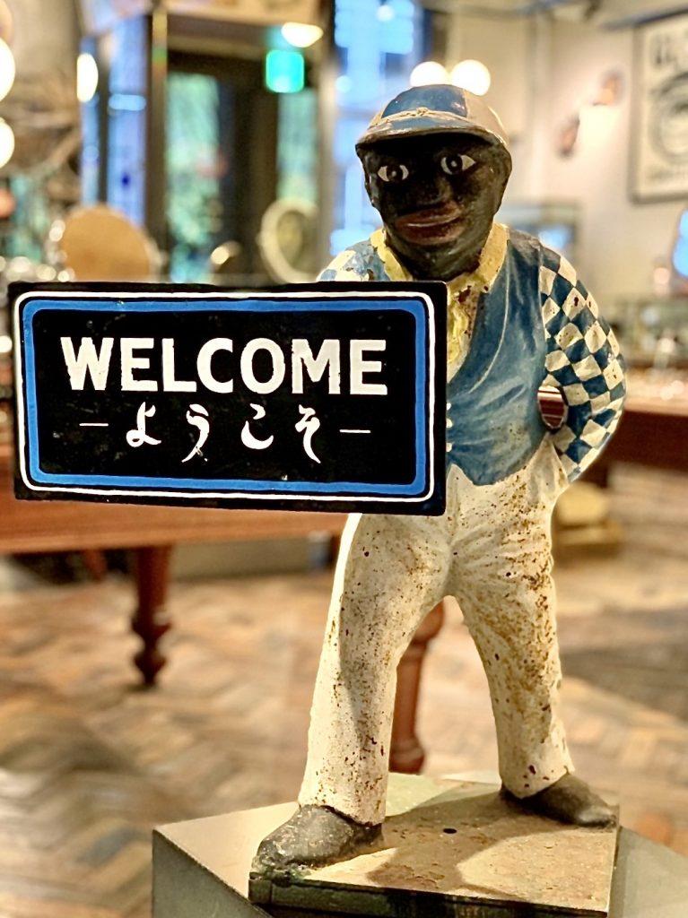 「グローブスペックス京都店」はこの「WELCOME JOCKEY」が入り口で迎えてくれます。