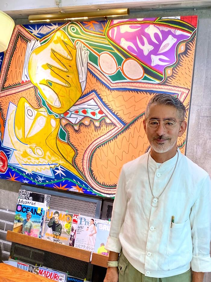 渋谷店に届いた新しいShohei Takasakiさんの絵の前で。